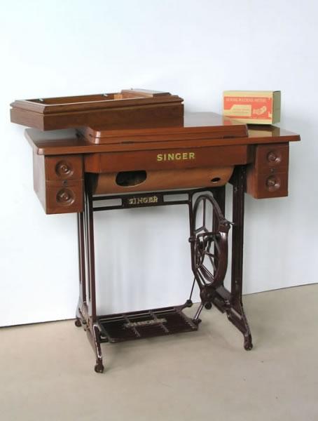 Mesa con maquina de coser antigua free maquina de coser for Casa muebles singer villavicencio